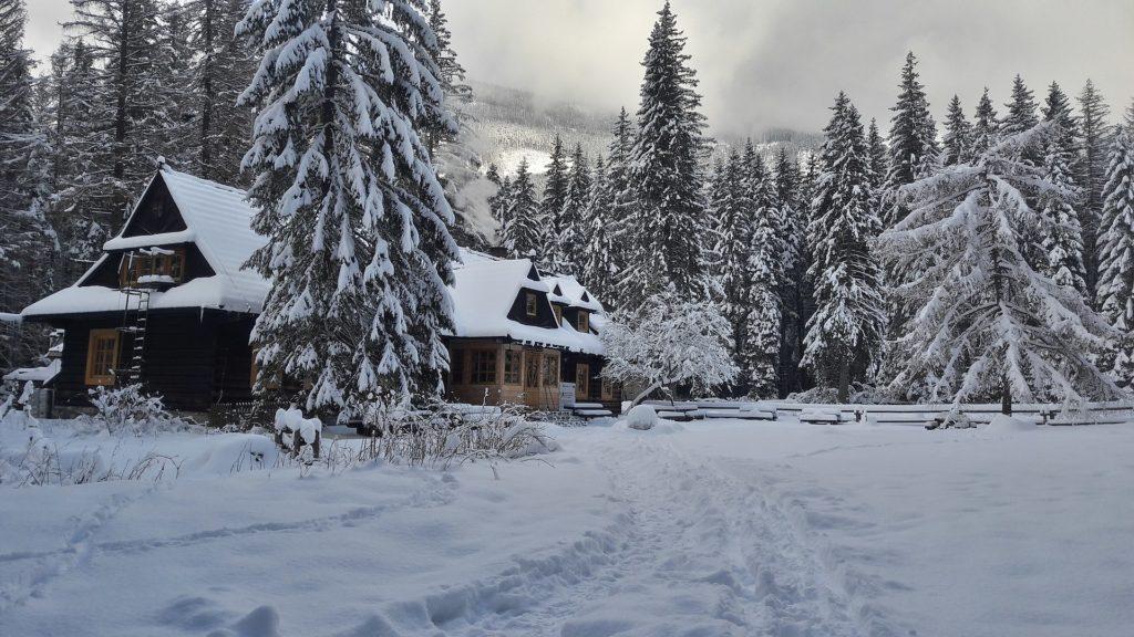 schronisko w dolinie roztoki zima