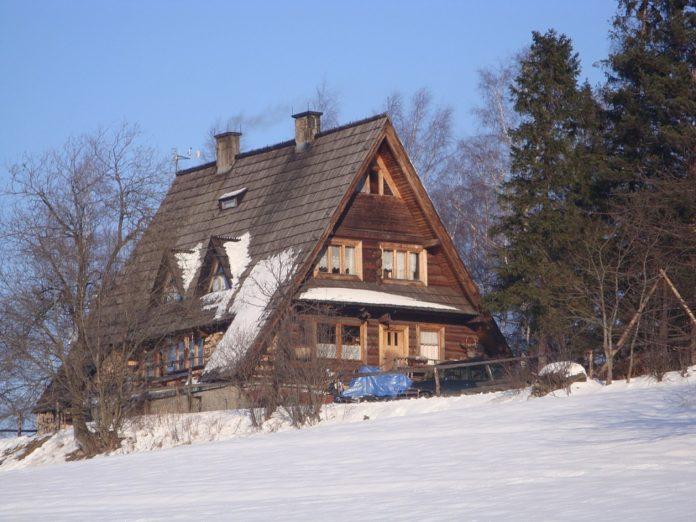 Bacówka PTTK na Maciejowej zimą